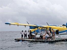 Na Maledivách přistává hydroplán často ve vlnách rozbouřeného moře a turisté...