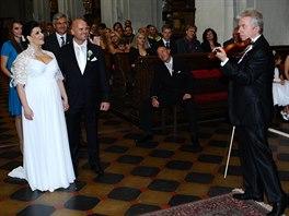 Novomanželům zahrál na svatbě Jaroslav Svěcený.