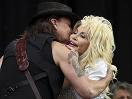 Glastonbury 2014: Richie Sambora se zdraví s Dolly Parton