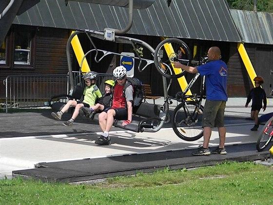 Na vrchol Čertovy hory se dostanete lanovkou, kola se přepravují zdarma.