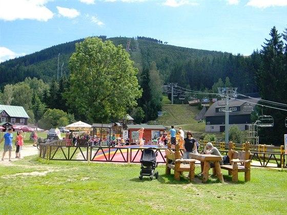 U spodní stanice lanové dráhy se nachází Dětský park.