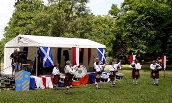 Ke skotské kultuře neodmyslitelně patří kilty a zvuk dud
