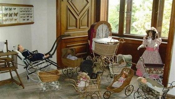 V interiéru zámku je k vidění výstava historických kočárků a panenek