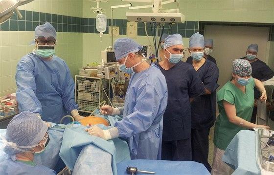 Docent Michal Mára (uprostřed) a MUDr. Michael Fanta (vlevo) zahajují v rámci...