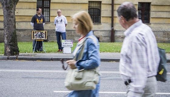 Dva cizinci tiše protestují před Okresním soudem v Hradci Králové. Střídavou...
