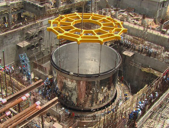 Instalace reaktorové nádoby indického množivého reaktoru PFBR na místo