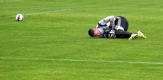 ROZCVIČKA. Brankář Tomáš Vaclík se rozcvičuje před přípravným zápasem. Už ovšem...