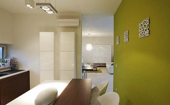 Kuchyň je vybavena linkou v hnědobílé kombinaci. S obývacím pokojem ji spojuje