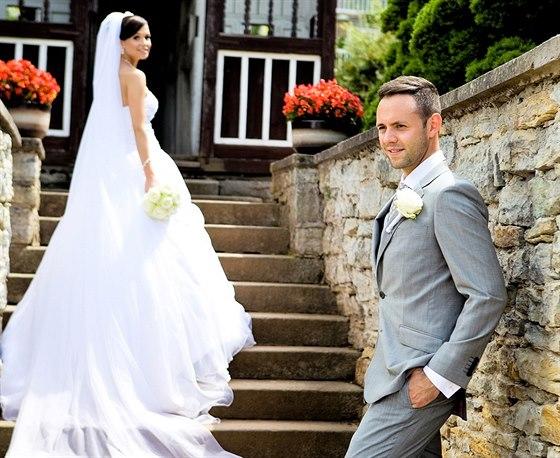 Zpěvák Michael Foret si vzal přítelkyni Elišku na zámku ve východních Čechách.
