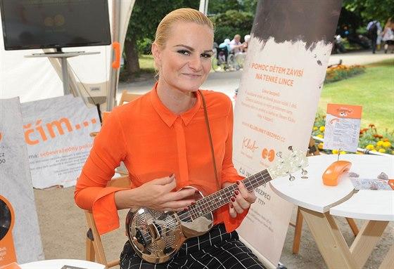 Iva Pazderková se kromě hraní věnuje i hudbě, nyní koncertuje s albem UKULALA