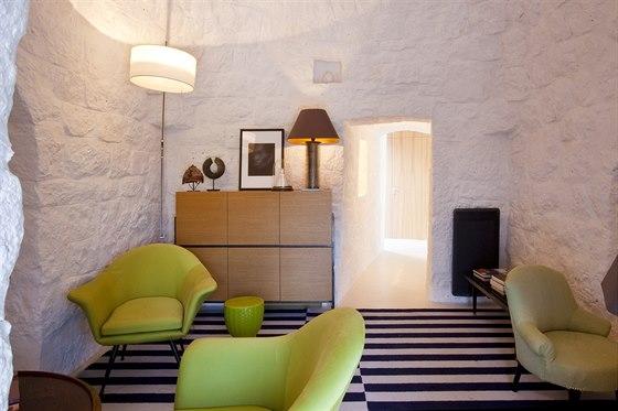 Kostry zelen�ch k�es�lek v ob�vac�m pokoji v tradi�n�m dom� jsou z Bejr�tu.