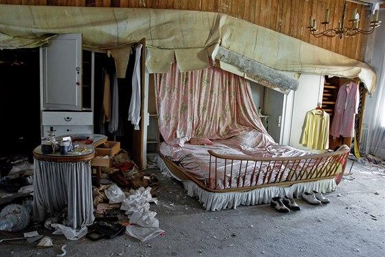 Pohled do ložnice doktorské vily. Rozklížená postel není dvakrát bezpečná, v...