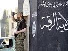 Bojovn�k Isl�msk�ho st�tu sleduje p�ehl�dku d�ih�dist� v syrsk�m m�st� Rakk�...