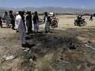 Afghánci z provincie Parván si prohlíží místo sebevražedného útoku, kde...