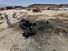 Afghánský policista prohlíží místo sebevražedného útoku, kde zahynuli čtyři Češi (8. července 2014)