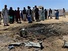 Afghánci si prohlížejí místo atentátu v provincii Parván, při kterém zahynuli...