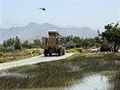 Obrněné vozidlo NATO odjíždí z místa atentátu v afghánské provincii Parván, při...