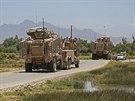 Obrněná vozidla českých vojáků na cestě z místa atentátu v afghánské provincii Parván (8. července 2014)