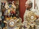 Václav Šimonovský s porcelánovými hodinami z let 1850 až 1870