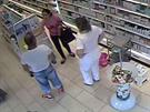 Kamery zachytily zloděje v novojičínské lékárně.