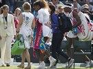 ODCHOD. Americká tenistka Serena Williamsová odchází z kurtu ve Wimbledonu v...
