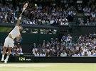 Bulharský tenista Grigor Dimitrov podává ve čtvrtfinále Wimbledonu proti...