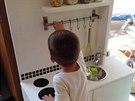 S kuchyňkou si syn hraje každý den.