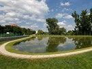 Čisticí jezero je osázeno tisíci rostlin.