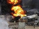 Hasiči bojují s hořícími kamiony po útoku Talibanu (5. července 2014).