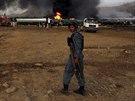 Afghánský policista poblíž kamionů, které zapálil Taliban poblíž Kábulu (5....