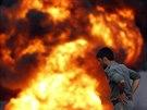 Policista jde poblíž hořícího kamionu přepravující palivo pro jednotky NATO (5....