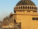 Buldozer ničí sunnitskou svatyni Ahmada Rifaiho a hrobku v oblasti Mahlabija poblíž Tal Afaru.