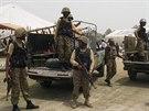P�kist�n�t� voj�ci dohl�ej� na v�dej potravinov� pomoci pro uprchl�ky z...