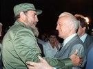 Sovětský ministr zahraničí Eduard Ševarnadze se vítá s kubánským vůdcem Fidelem...