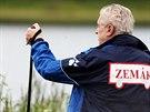 Prezident Miloš Zeman na procházce kolem Veselského rybníka ( 1. července 2014).