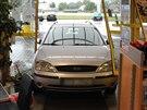 Ford se ��ste�n� dostal a� do prodejny �erpac� stanice, v�z uvedla do pohybu...