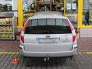 Ford se částečně dostal až do prodejny čerpací stanice, vůz uvedla do pohybu...