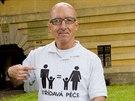 Antoni Miquel ze Španělska bojuje u Okresního soudu v Hradci Králové za střídavou péči pro svou dceru. Na každý den tichého protestu si nechal vyrobit tričko v jiné barvě. (1. 7. 2014)