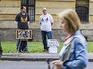 Dva cizinci tiše protestují před Okresním soudem v Hradci Králové. Střídavou péči pro svoji dceru chce Antoni Miquel ze Španělska (vpravo) i Fernando Burgos ze Švédska. (1. 7. 2014)