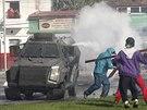 Policie proti demonstraci rybářů nasadila i slzný plyn. (2. července 2014)