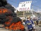 Střet policejních těžkooděnců se skupinou demonstrujících rybářů v chilském...