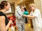 Speciální obleky, které získala havířovská nemocnice, musí být řádně utěsněné....