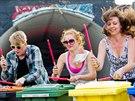 Návštěvníci se bavili všemožnými ztřeštěnostmi. Na snímku festivalová hra na...