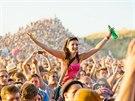 Fanynka v davu u největší festivalové stage