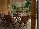 Z rohové venkovní terasy vzadu za domem se nabízí pěkný výhled hned do dvou různých stran