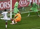 Německý záložník Mesut Özil (vlevo) v osmifinále mistrovství světa proti...