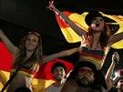 Německé fanynky slaví výhru své země v osmifinále MS nad Alžírskem v Riu de...