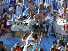 Lionel Messi (vlevo) a Angel di María oslavují před argentinskými fanoušky gól,...