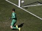 Belgický brankář Thibaut Courtois se jen ohlédl po střele argentinského...
