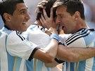 ARGENTINSKÁ RADOST Argentinský kapitán Lionel Messi (vpravo) objímá střelce...